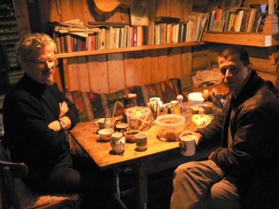 El escritor Emmanuel Carrere junto a Limónov pasando la tarde.